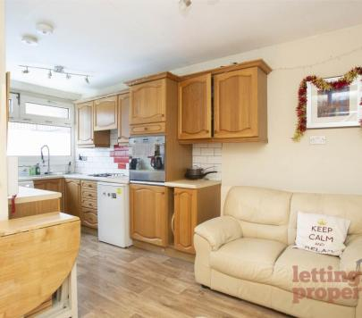 5 bedroom Furnished House Share to rent on Eastleigh Walk, London, SW15 by private landlord